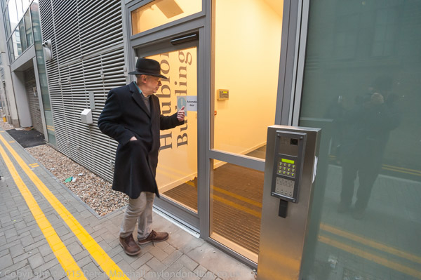 Ian Bone of Class War looks in through the poor door in the alley & Mar 2015 - my london diary pezcame.com
